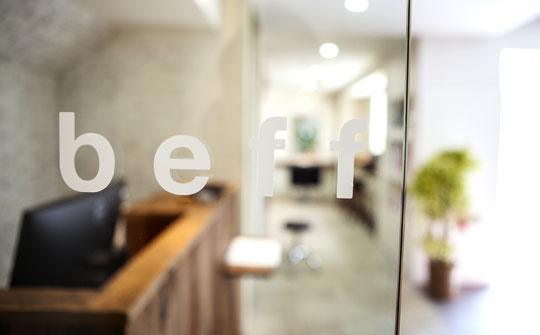 beff(べフ)2階入り口のお店ロゴ